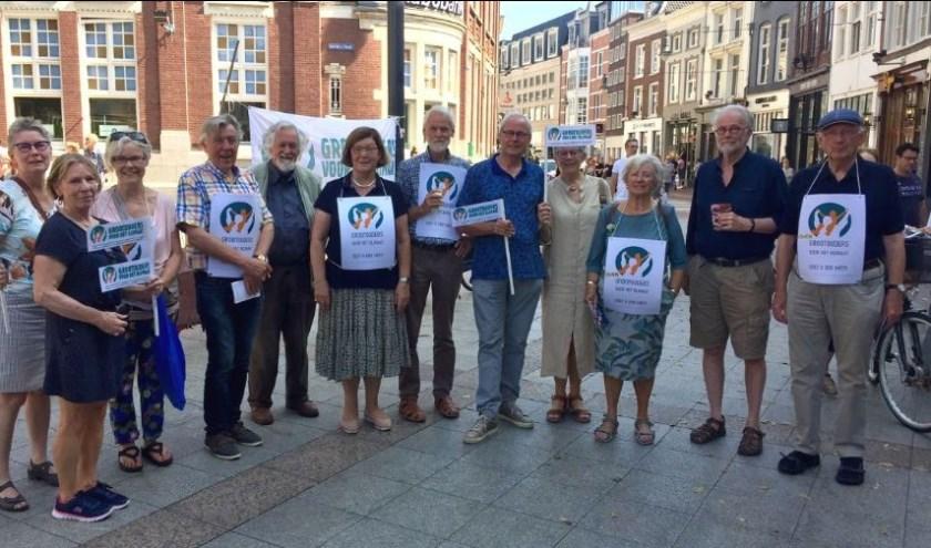 Demonstranten van Grootouders voor het Klimaat op het Kerkplein.