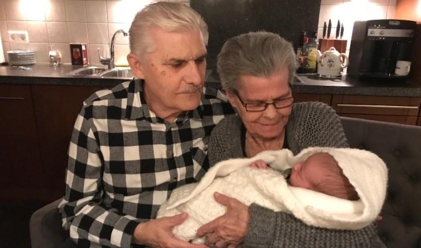 Trotse overgrootvader Jan met een net zo trotse overgrootmoeder Lies en hun achterkleinkind Jake.