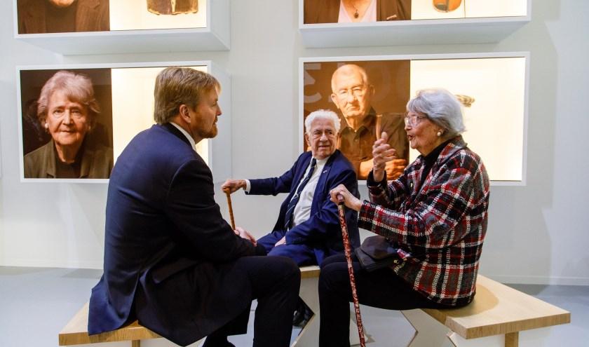 Tijdens de rondleiding door het vernieuwde herinneringcentrum sprak de Koning met oud-gevangenen Ernst Verduin en Joke Folmer.