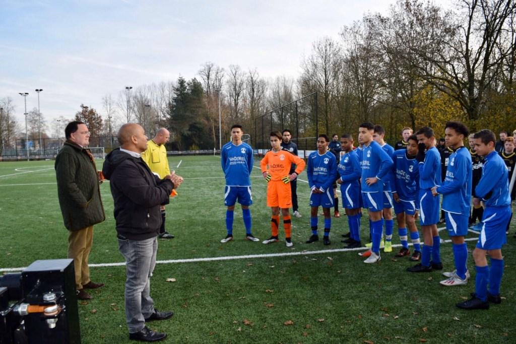 Patrick Molle en burgemeester Van de Mortel opende de vriendendag, waarna de jeugdteams met elkaar een wedstrijd speelden.  © bosscheomroep.nl