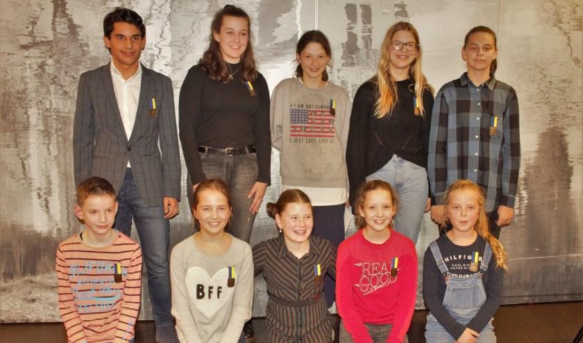 Maar liefst tien kinderen kregen afgelopen week in Vught een jeugdlintje opgespeld door wethouder Saskia Heyboer. Foto: Lisette Broess-Croonen