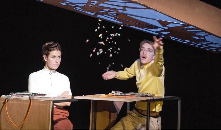 Siona Houthuys en Berten Vanderbruggen zijn te zien met hun theatervoorstelling No Coincidence, No Story. Foto: Robbe Maes
