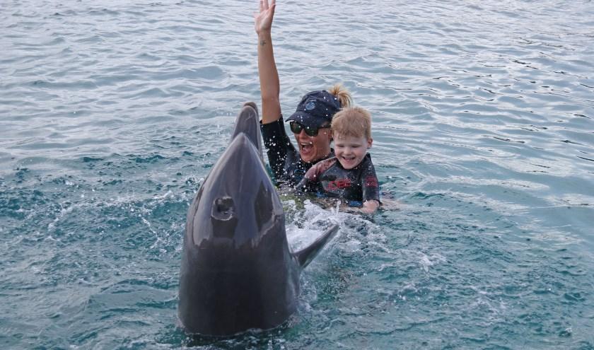 Calvin aan het werk met de logopedist tijdens zijn dolfijnondersteunende therapie vorig jaar