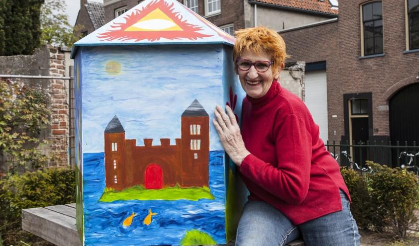 Een trotse Nanda van Alebeek bij het prototype van haar kijkdoos. Foto: Michel van de Langenberg