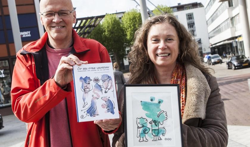 Emiel Bootsma en Mirjan van de Hel tonen trots hun nieuwe Vlekkenboekje. Foto: Michel van de Langenberg