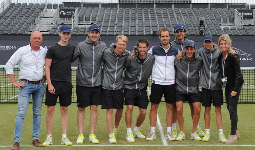 """""""Zeker als je van tennis houdt, is het superleuk om tijdens Libéma Open een zakcentje bij te verdienen"""", aldus Sander Wagemakers (vierde van links)"""