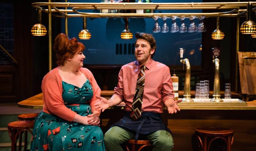"""Raoel Heertje: """"Nog steeds snapt iedereen de onhandige barman Kootje (Remko Vrijdag) of de naar liefde snakkende Doortje (Eva van der Gucht)"""". Foto: Tom Sebus"""