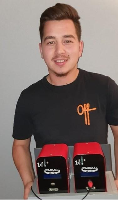 Bossche student Alperen Yilmaz (20) met zijn mobiele oplaadkastjes.