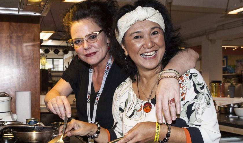 Lonneke Voets en kok Sylvana De Backer- Leuwol van BOEL bazaar. Foto: Michel van de Langenberg