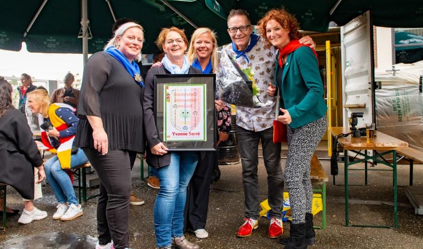 Leden van de commissie Embleem met winnares Yvonne Serré (tweede van links) die trots haar winnend embleem toont. Foto: OC/Henk van Vugt