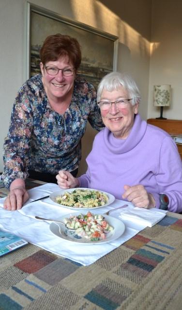 Mevrouw Nederveen (r) krijgt drie keer per week een verse maaltijd van Jenneke (l)