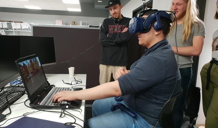 Studenten van Sint Lucas testen de erfgoed game met een VR-bril. Foto: erfgoed 's-Hertogenbosch