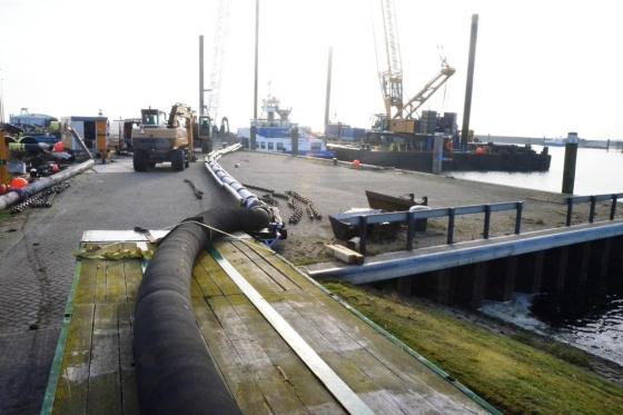 Nieuw tussenstuk zinkerleiding in NIOZ-haven.