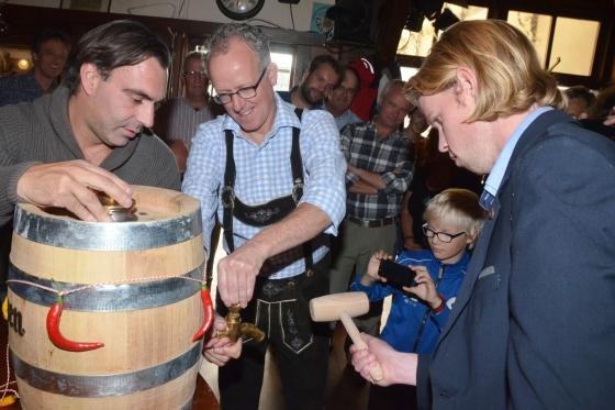 Arjan Witte (rechts), bedenker van het Zwart Witte bier, slaat het vat.