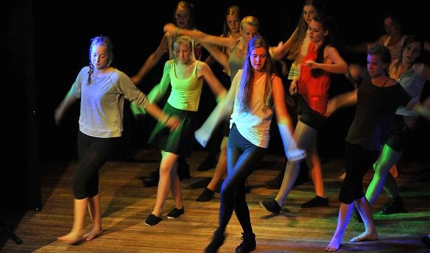 Texelse jongeren tijdens een dansvoorstelling van Artex.