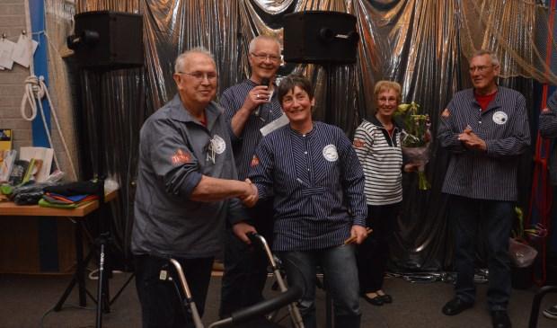 Piet Kingma draagt de drumstokjes symbolisch over aan Nish Barnhard. Kingma blijft wel als reservedrummer actief.