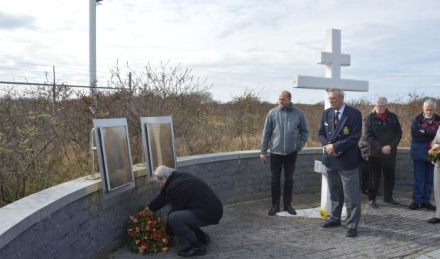 Cor Kievits die in 2016 bloemen legde bij het monument naast de Mok voor de Texelaars die op 6 april 1945 werden geëxecuteerd.