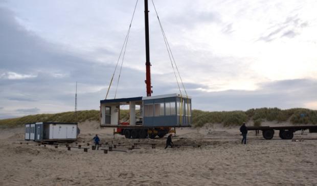 Paviljoen wordt van het strand gehaald in oktober 2017.