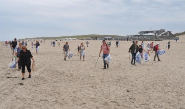 <p>Schoonmaak van het strand bij paal 17.</p>