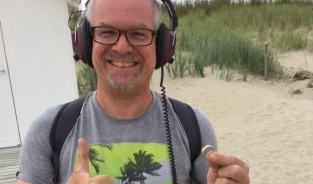 Richard Ober met de teruggevonden trouwring van paal 33. (Foto www.gevonden-verloren.nl)