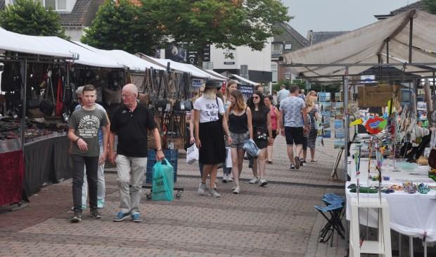 De zomermarkt in het centrum van Den Burg.