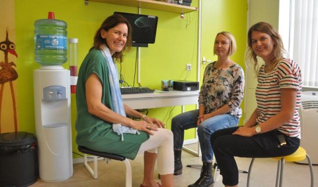 Lidewy Hendriks, Anne Klaarwater en Sanne van Althuis met elkaar in overleg.
