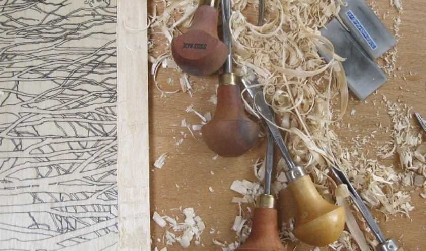 Grietje Postma aan het werk met houtsnede