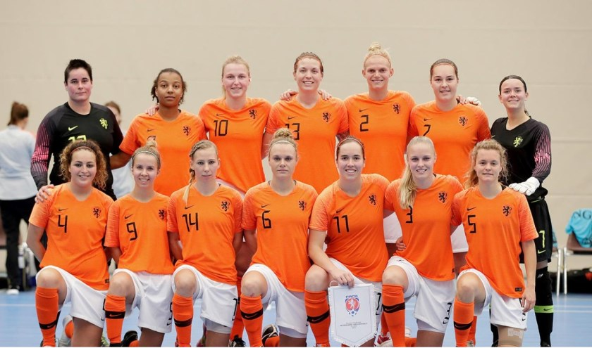 Het Nederlands Vrouwen Zaalvoetbalteam, staand derde van links Sanne Brand.