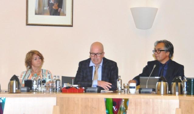 Edo Kooiman als wethouder achter de collegetafel in 2014.