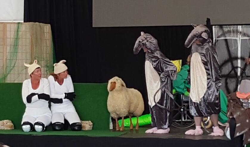 """Beestenboel tijdens de voorstelling """"Kiek, kiek, twee skéépe op de diek"""" van Toneelgroep Oosterend."""