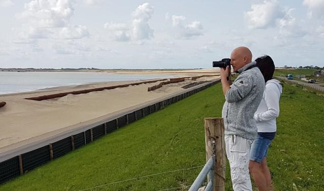 Kijkers op de dijk tussen De Schans en Oudeschild.