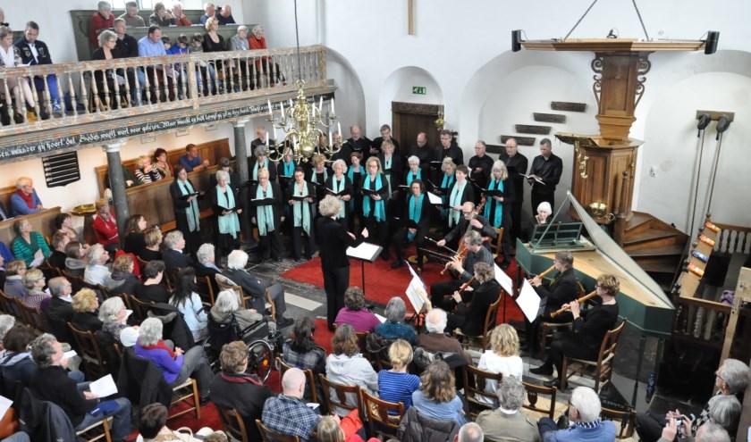 Optreden van het Artex Kamerkoor in een volgepakt Hoornder kerkje.