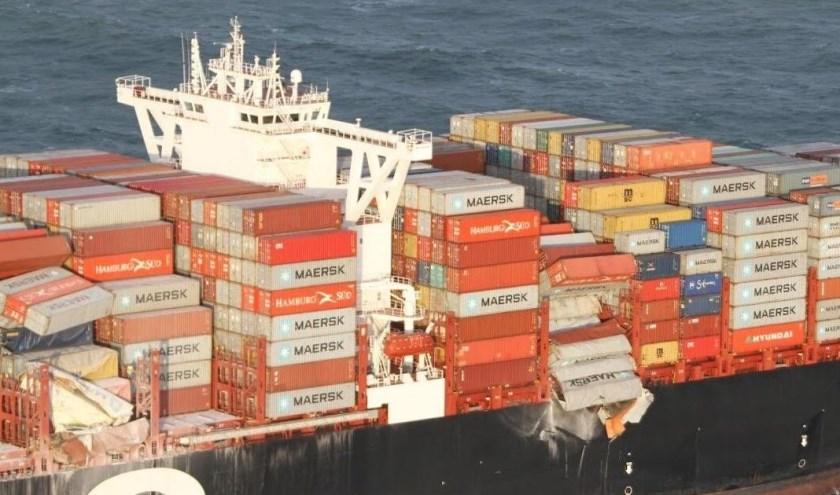 Foto van de MSC Zoë waarop te zien is dat er een serie containers overboord zijn gegaan.