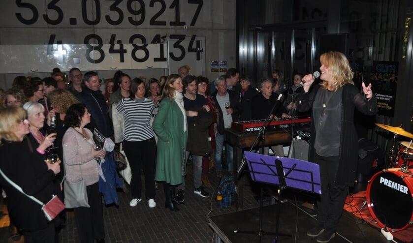 Optreden van de band DAAN met Danielle de Lussanet tijdens de eerste Cultuurnacht in Oudeschild.