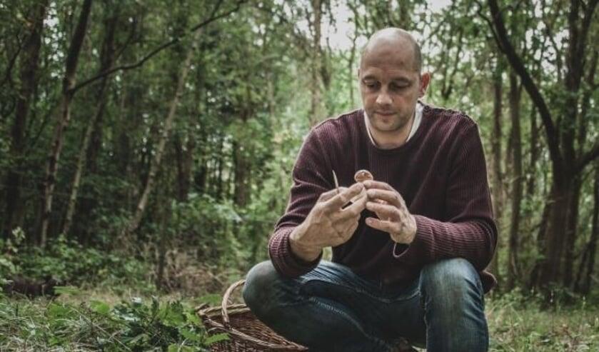 Chef Joram Timmerman van Het Kook Atelier opzoek naar verse ingrediënten in het Texelse bos.