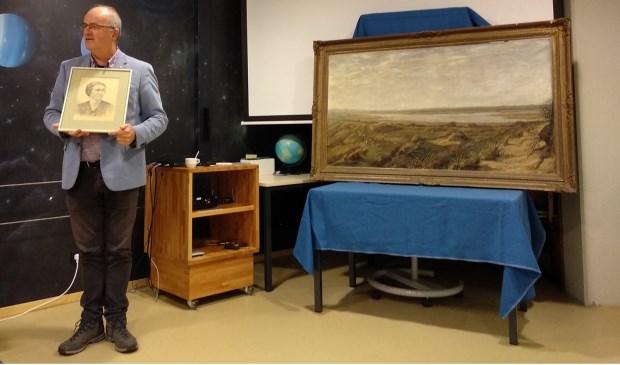 Arthur Oosterbaan toont de door Van Boxel ondertekende tekening van mevrouw Epe, rechts het schilderij van De Muy