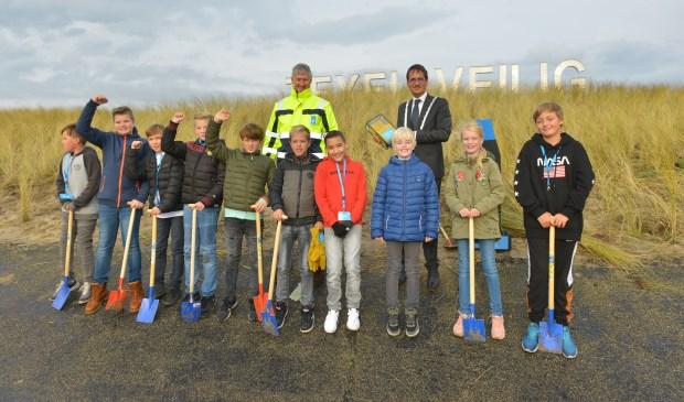 Kinderen van De Bruinvis samen met burgemeester Michiel Uitdehaag en dijkgraaf Luc Kohsiek.