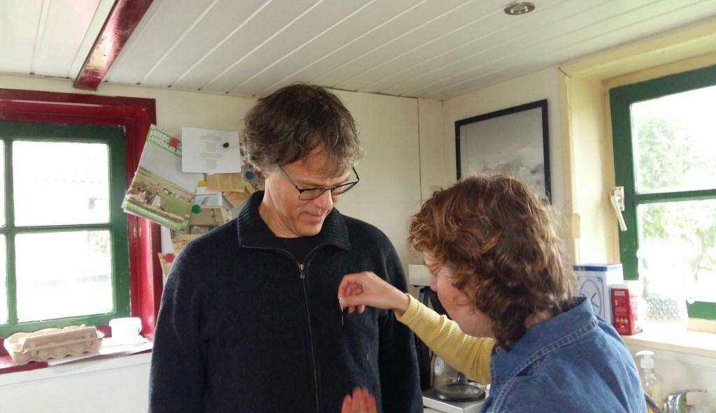 Hans Smallenbroek krijgt het Gilde-speldje  © Mediabureau Langeveld & De Rooy