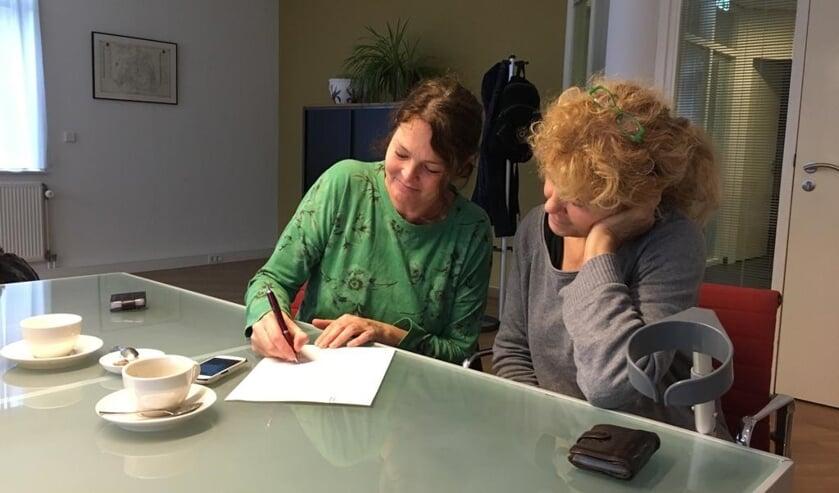 Sjakkelien Klaassen en Pieternel Geurtz ondertekenen de stichtingsakte bij de notaris.
