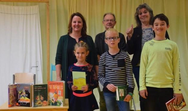 Winnaars en juryleden van de voorleeswedstrijd.
