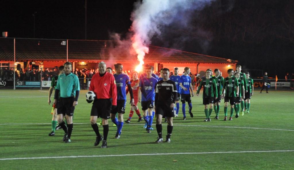 Begeleid door vuurwerk komen de spelers van Texel en De Koog het veld op.