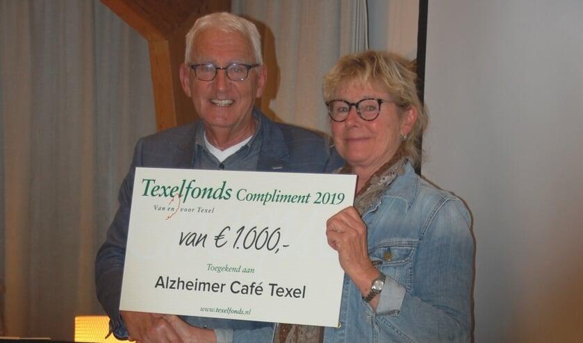 Voorzitter Jan Beijert overhandigt Liesbeth Rijk het Texelfonds Compliment 2019.