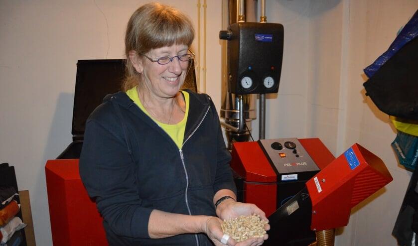 Jantien de Boer uit Oosterend met een hand brandstof voor de pelletketel. Zaterdagmiddag doet ze mee aan de Energieneutrale Huizenroute.
