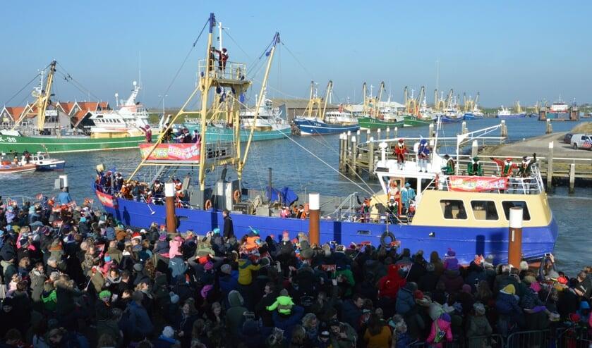 Sinterklaas arriveert in de haven van Oudeschild.