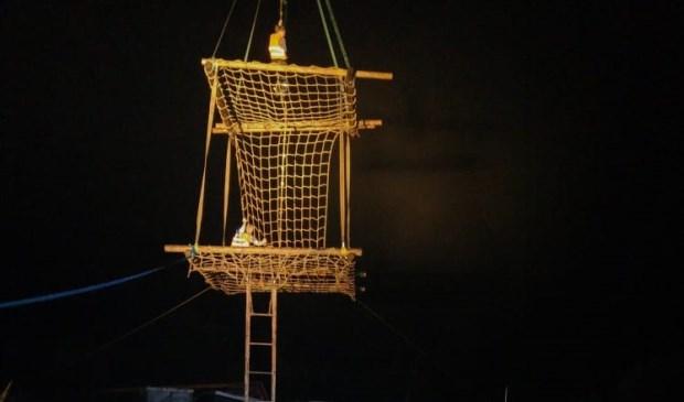 Klimmen in een net aan de kraan van René Boon boven de vijver van Werner Dros.