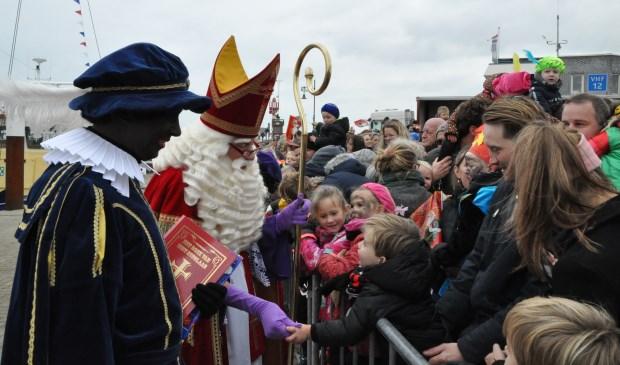 Sinterklaas is aangekomen op de kade in Oudeschild.