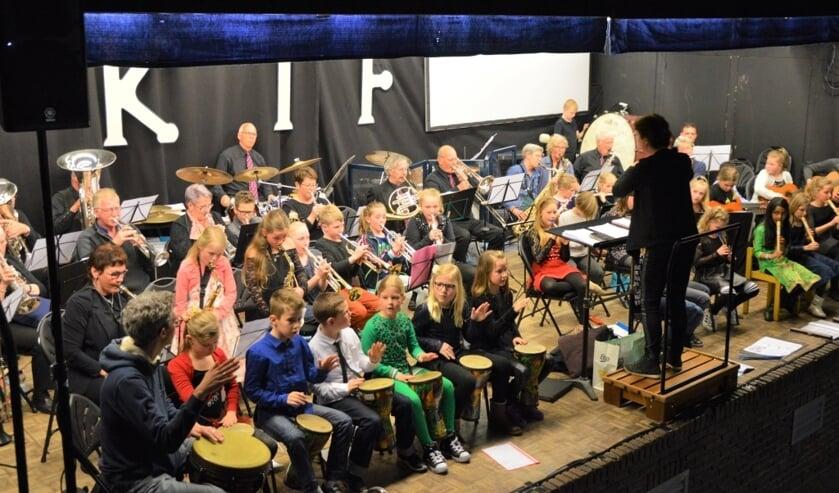 Kinderen beleven veel plezier aan muziek, zoals hier met muzikanten van Excelsior.