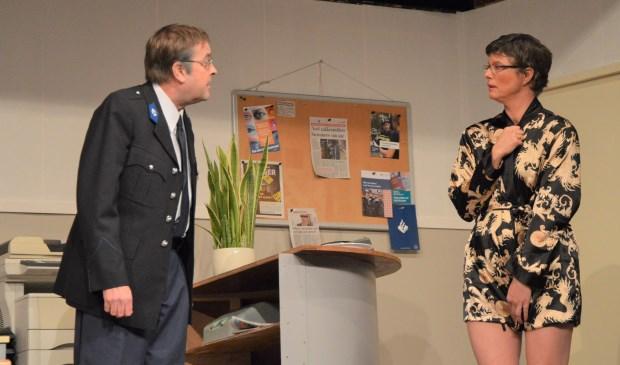 Opperwachtmeester Wilkes (Jan Eelman) en Drika Dirks (Petra Brans).