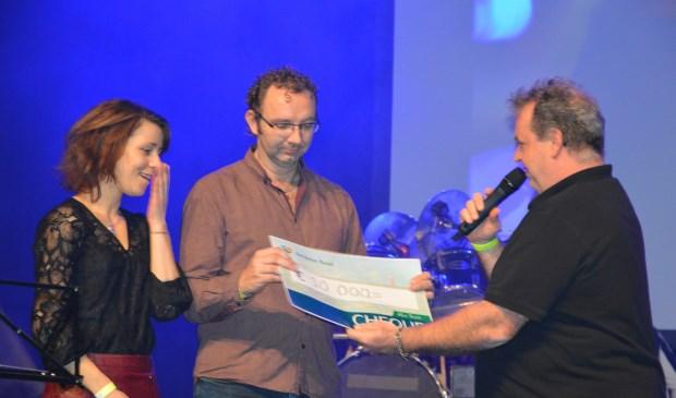 De ouders van Damian ontvangen de cheque van €10.000,- van De Krim.