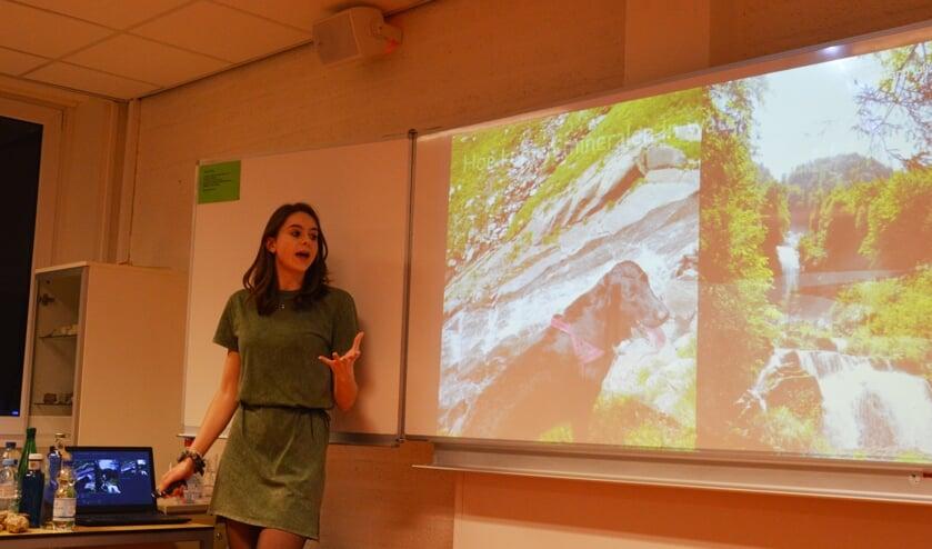 Jasmijn Baptist presenteert haar onderzoek naar mineraalwater.